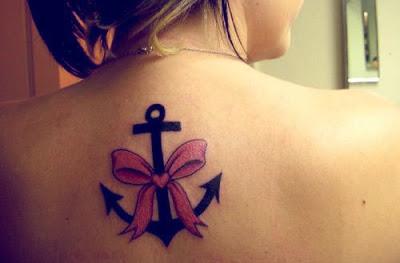 tatuagem de âncora com laço nas costas