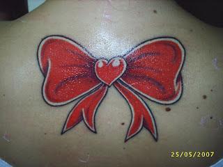 tatuagem de laço nas costas