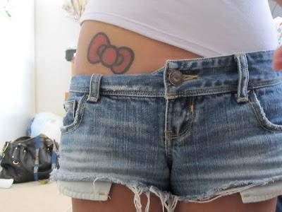 tatuagem de laço na barriga