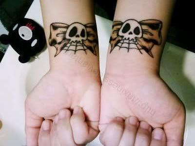 tatuagem de laço no pulso
