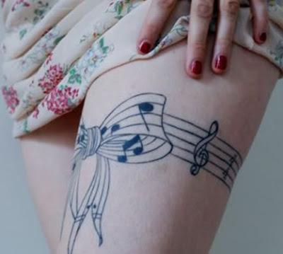 tatuagem de laço na coxa
