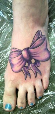 tatuagem de laço no pé