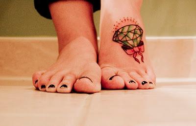 tatuagem de diamante com laço