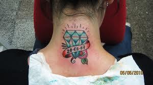 tatuagem de diamante na nuca
