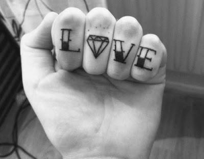 tatuagem de diamante no dedo