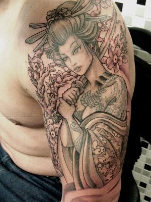 Tatuagem de Gueixa no ombro e braço