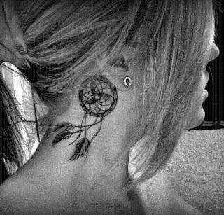 tatuagem de filtro dos sonhos na nuca