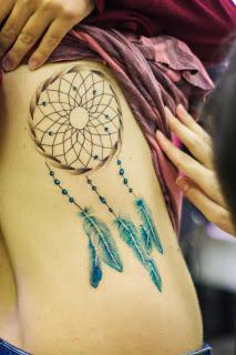 tatuagem de filtro dos sonhos na costela