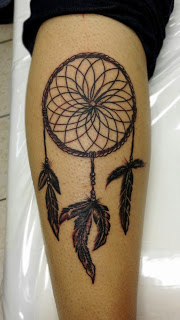 tatuagem de filtro dos sonhos na perna